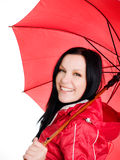 Donna sorridente nella caduta, vestiti rainproof del brunette Immagine Stock