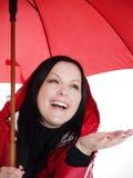 Donna sorridente nella caduta, vestiti rainproof del brunette fotografie stock libere da diritti