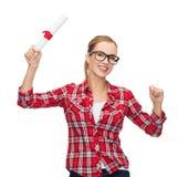Donna sorridente in occhiali con il diploma Immagini Stock