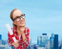 Donna sorridente in occhiali neri con il diploma Fotografie Stock Libere da Diritti