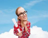 Donna sorridente in occhiali neri con il diploma Fotografia Stock Libera da Diritti