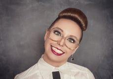 Donna sorridente pazza negli occhiali fotografie stock