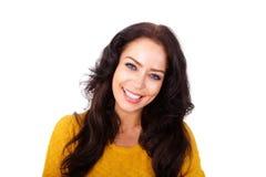 Donna sorridente più anziana attraente isolata su fondo bianco Immagini Stock