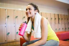 Donna sorridente pronta per un allenamento Immagini Stock Libere da Diritti