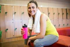 Donna sorridente pronta per un allenamento Immagine Stock