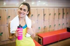 Donna sorridente pronta per un allenamento Fotografia Stock Libera da Diritti