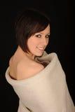 Donna sorridente spostata in tovagliolo Fotografie Stock Libere da Diritti