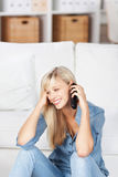 Donna sorridente sul telefono cellulare Immagine Stock Libera da Diritti