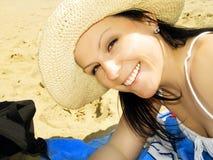 Donna sorridente sulla spiaggia fotografie stock