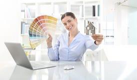 Donna sorridente in ufficio, nell'architettura di concetto e nella costruzione Immagini Stock