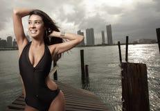 Donna sorridente in un bikini Fotografia Stock
