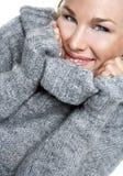 Donna sorridente in un maglione Fotografia Stock Libera da Diritti