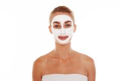 Donna sorridente in una maschera di protezione Fotografia Stock