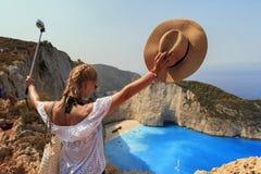 Donna sorridente in vacanza che prendono selfie sopra l'isola Zante di Zacinto fotografia stock