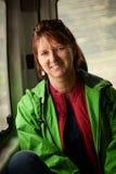 Donna sorridente in veicolo Fotografia Stock Libera da Diritti