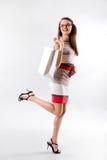 Donna sorridente in vetri che tengono borsa bianca di compera Immagini Stock Libere da Diritti