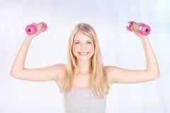 Donna sorrisa che fa le esercitazioni di forma fisica Immagini Stock