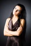 Donna sottile del brunette che osserva da parte Immagine Stock