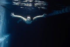 Donna sotto acqua Fotografia Stock