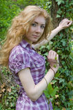 Donna sotto l'albero con la pianta dello scalatore Fotografie Stock