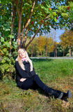 Donna sotto l'albero di cenere della montagna Immagine Stock