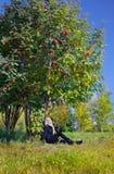 Donna sotto l'albero di cenere della montagna Immagine Stock Libera da Diritti