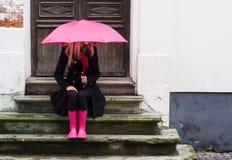 Donna sotto l'ombrello rosa fotografia stock libera da diritti
