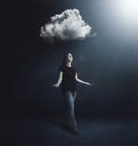 Donna sotto la nuvola di pioggia Fotografia Stock Libera da Diritti
