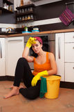 Donna sovraccarica attraente in cucina Fotografia Stock