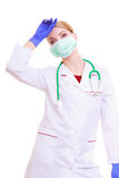 Donna sovraccarica dell'infermiere o di medico in cappotto del laboratorio e della maschera isolato Immagine Stock