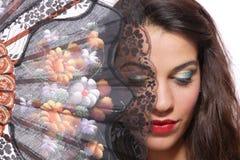 Donna spagnola dietro il ventilatore tradizionale. immagini stock