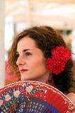 Donna spagnola tradizionale con il ventilatore rosso Fotografia Stock