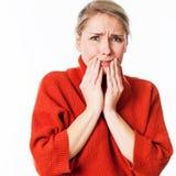 Donna spaventata che nasconde il suo fronte con le sue mani per ansia Immagine Stock Libera da Diritti
