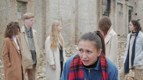 Donna spaventata dei giovani archivi video