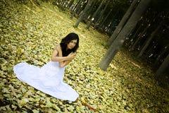 Donna spaventata in legno Immagini Stock