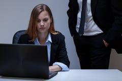 Donna spaventata nell'ufficio immagine stock