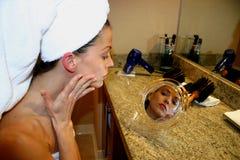 Donna in specchio Fotografia Stock