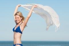 Donna spensierata alla spiaggia Fotografia Stock