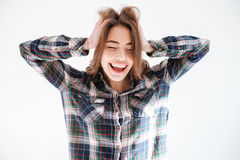 Donna spensierata allegra in camicia di plaid con le mani sulla testa Fotografie Stock