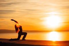 Donna spensierata che medita in natura Individuazione della pace interna Pratica di yoga Stile di vita curativo spirituale Godere immagini stock