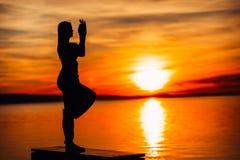Donna spensierata che medita in natura Individuazione della pace interna Pratica di yoga Stile di vita curativo spirituale Godere fotografia stock libera da diritti