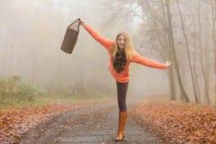 Donna spensierata di modo che si rilassa nel parco di autunno Fotografia Stock