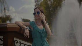 Donna spensierata elegante che gode delle vacanze estive video d archivio