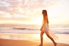 Donna spensierata felice sulla spiaggia al tramonto Immagine Stock Libera da Diritti