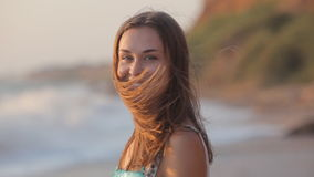Donna spensierata nel tramonto sulla spiaggia dell'isola. archivi video