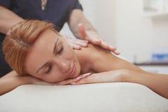 Donna splendida che gode del massaggio completo del corpo al centro della stazione termale immagini stock libere da diritti