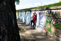 Donna splendida che posa con i graffiti Fotografia Stock