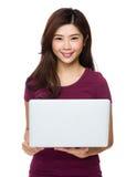 Donna splendida che si distende con il suo computer portatile Immagine Stock