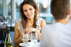 Donna splendida che sorride alla sua data fotografia stock