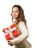 Donna splendida del brunette che tiene il contenitore di regalo rosso Fotografia Stock